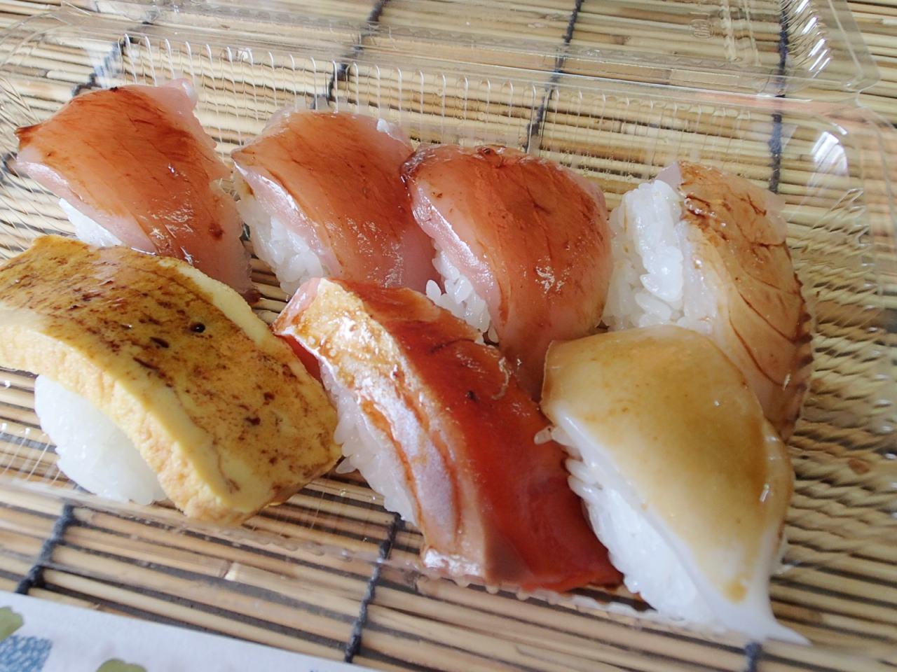 【宜野湾市 真栄原鮮魚店】今日のテーマはなに?ワンコイン寿司を立ち食いで!